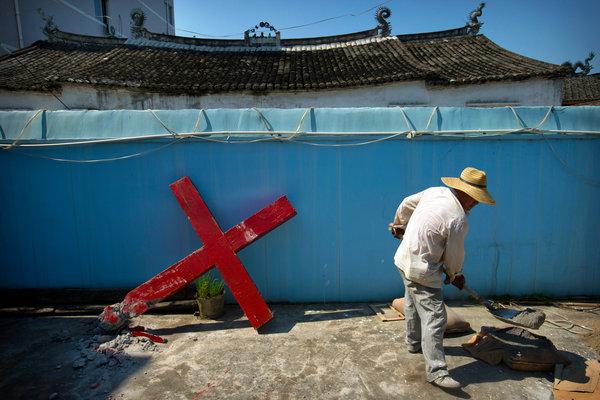去年,浙江台头镇一座新教教堂的十字架被政府工作人员拆下。