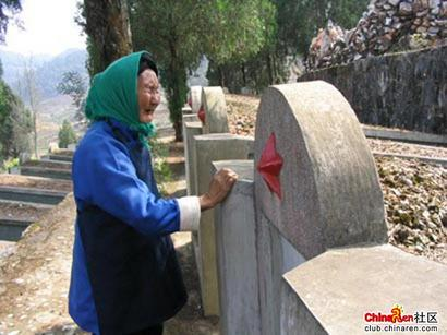 mom3 thumb Photo series: After 20 Years, Mother Sees Sons Tomb