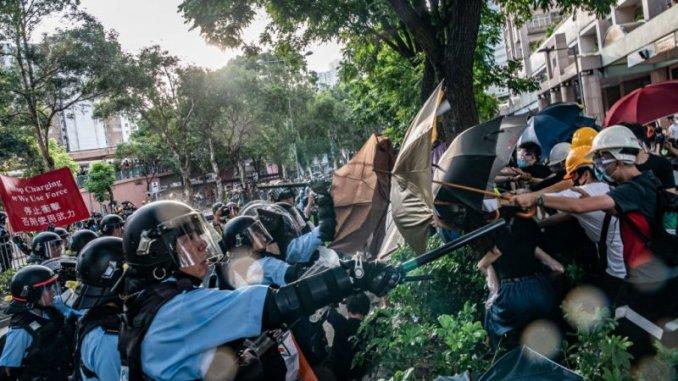 Umbrellas-face-guns