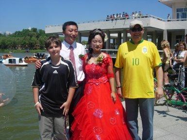 A noiva em Haerbin que pediu para os brasileiros tirarem fotos com eles.