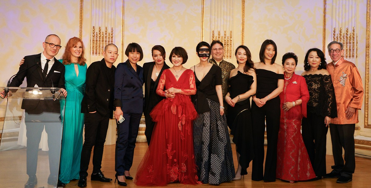 The China Fashion Gala 2019. From Left to right: Simon Collins, Liz Claman, Jason Wu, Angelica Cheung, Shu Qi, Yue-Sai Kan, BING, James Heimowitz, Vivian Xue, Dee Poon, Sophia Sheng, Anla Cheng and Chien Chung Pei. Courtesy of China Institute, 2019. All rights reserved