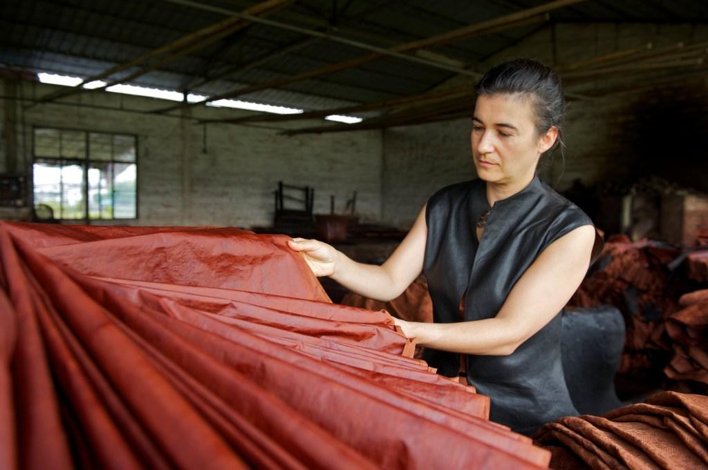 Kathrin von Rechenberg检查香云纱的染整效果。