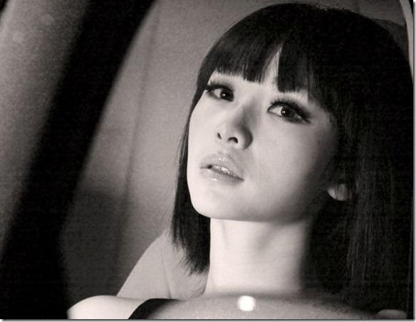 Sexy-female-anchor-Ada-Liu-Yan-became-glamorous-and-sexy-car-model-5_thumb
