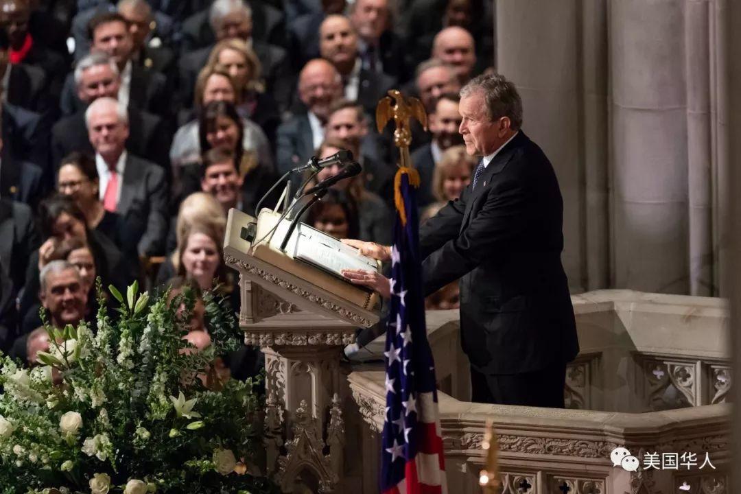 你悄悄给我一颗糖,我对你会心一笑,老布什葬礼上的花絮