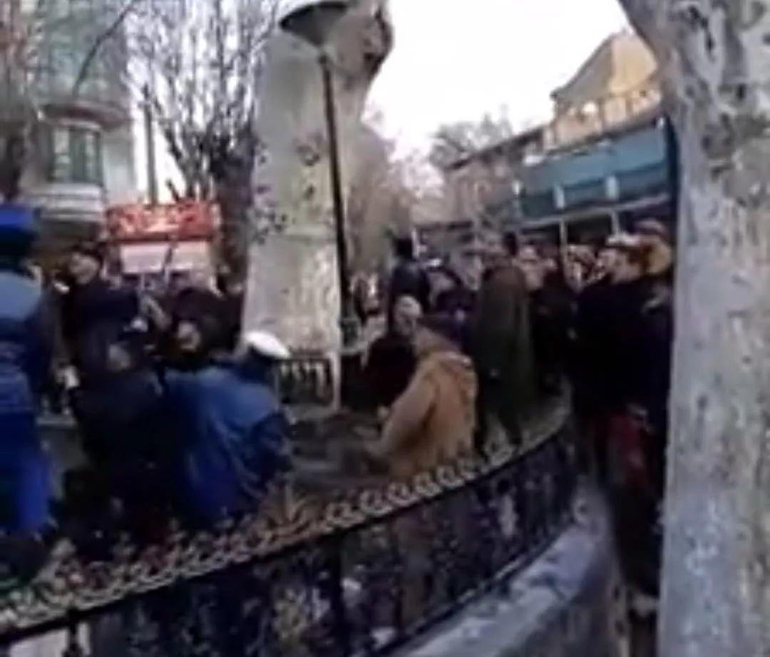 打假: 穆斯林砸毁巴黎街头裸女雕像