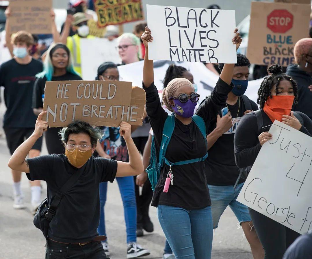 乔治•弗洛伊德案件、游行和骚乱背后 —— 如何看待警察暴力和种族歧视?