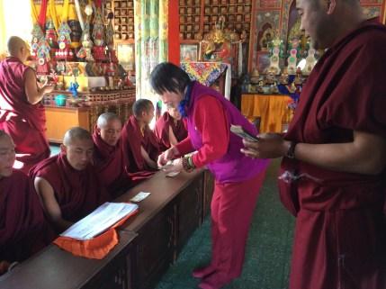 9. 蓮師薈供法會中供養喇嘛們