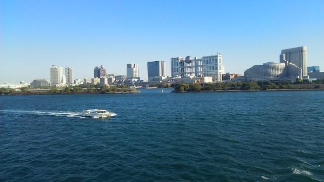 東京湾を初めて、客船でクルージング 定年退職の記念に 澄んだ空気の中、海や空、陸の眺望を楽しむ