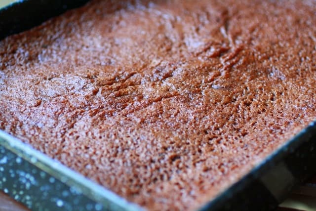 Brownies caseros, densos y húmedos cocinado en una fuente