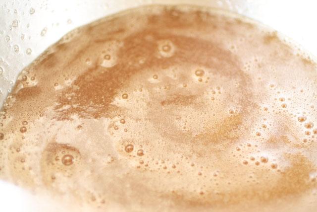 gelatina con agua y jarabe simple en un bol