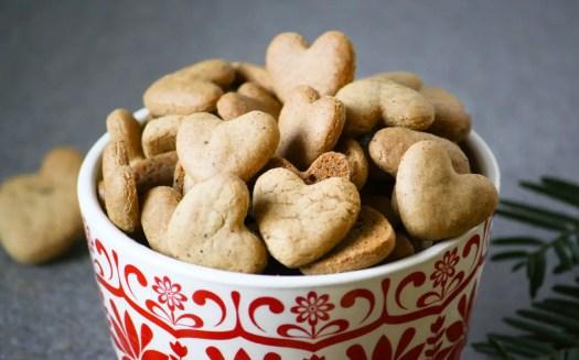 galletas en forma de corazones en un bol rojo y blanco