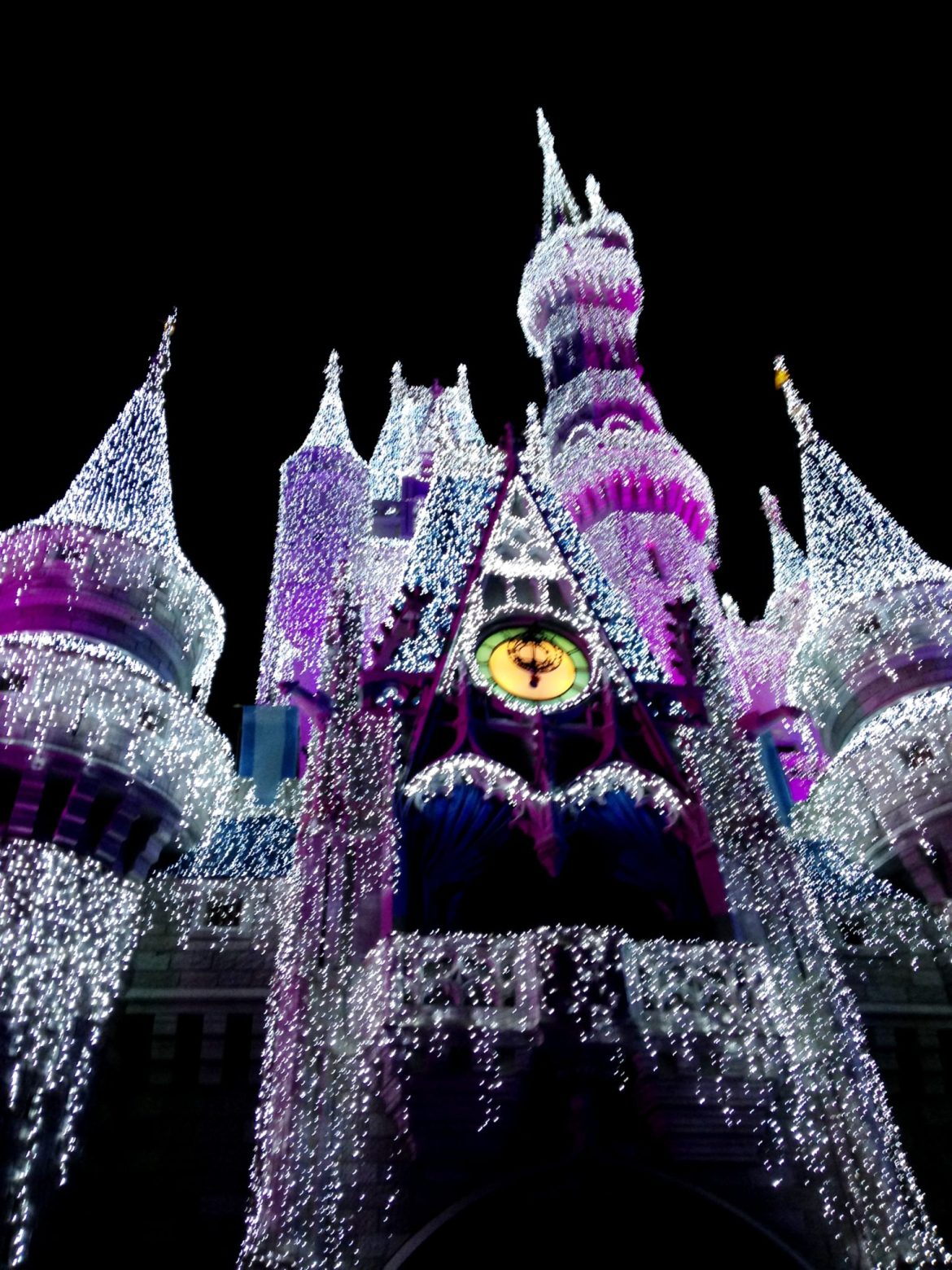 """A Frozen Holiday Wish"" Castle Lighting and Stage Show has Begun!"