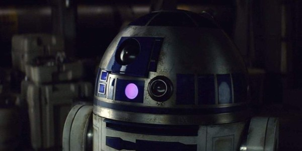 R2-D2 Roaming Around Batuu in Disneyland 1