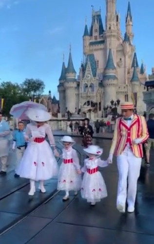 Mary Poppins and Bert Take a Stroll With Fans Dressed as Mary Poppins in Disney World 5