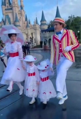 Mary Poppins and Bert Take a Stroll With Fans Dressed as Mary Poppins in Disney World 6