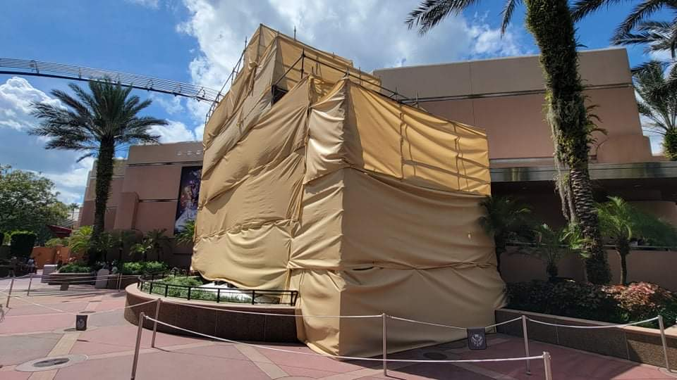 Scaffolding covers guitar ourside of Rock n Roller Coaster 4