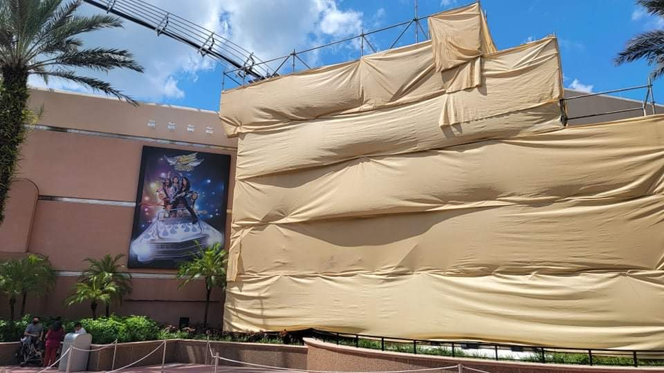 Scaffolding covers guitar ourside of Rock n Roller Coaster 3