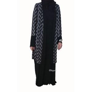 Longue robe avec un gilet gris assorti