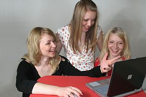 women-playing-on-computer