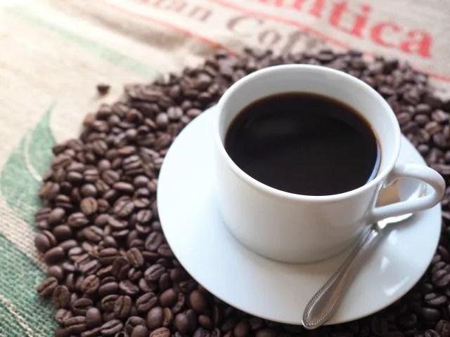コーヒーを飲んで頭痛を抑える
