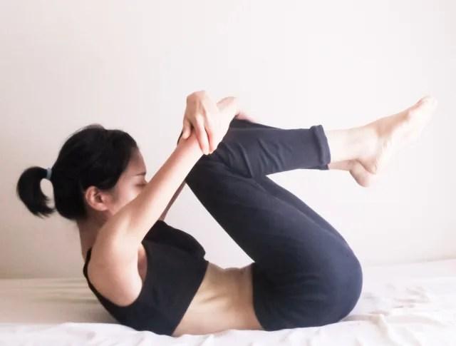 反り腰を改善するためのストレッチをする