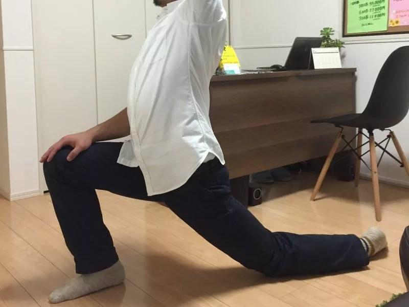 股関節の痛みが再発するのを防ぐためのストレッチも教えます。