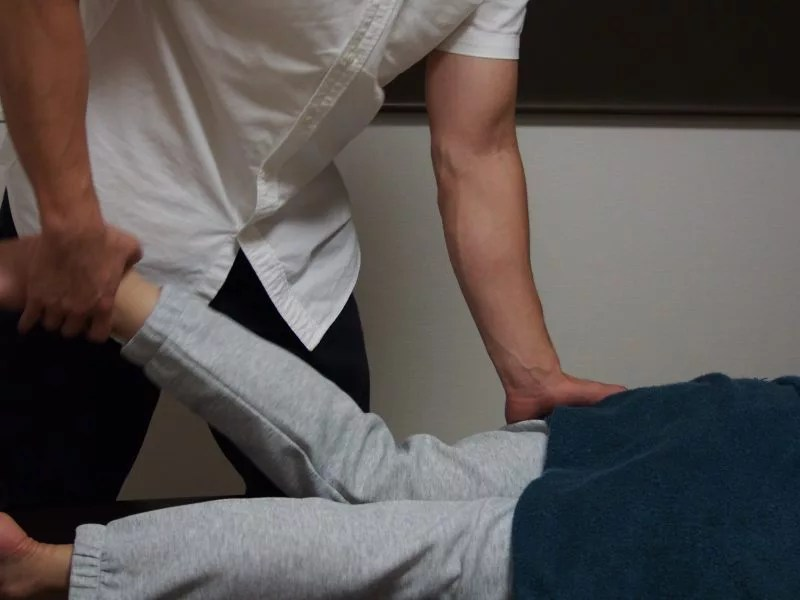 膝の痛みに関係している筋肉の緊張をほぐす