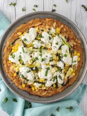 overhead shot of summer pizza on cauliflower crust