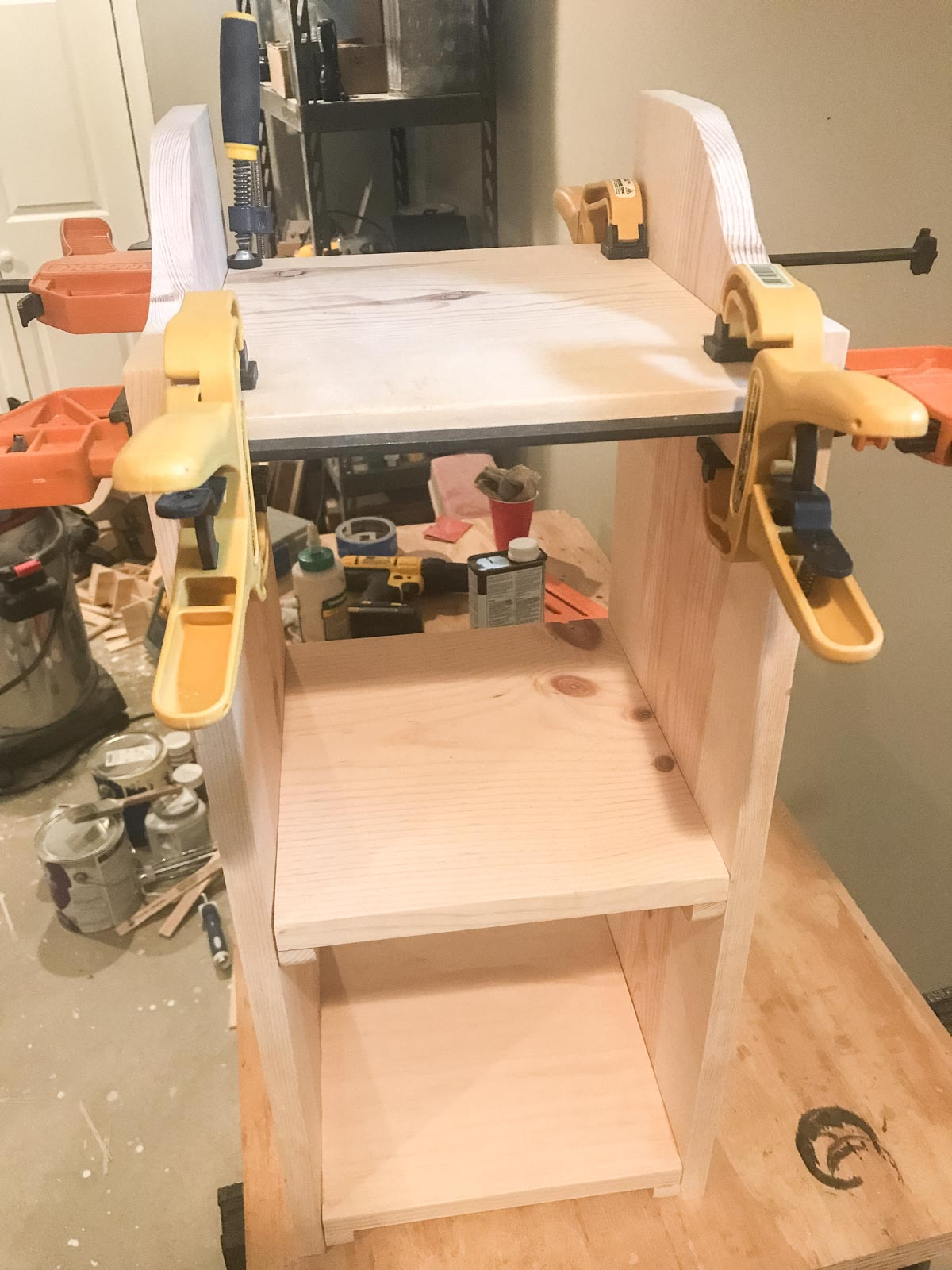 clamping down shelf to bookshelf