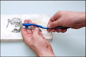 Az ezüst mechanikus tisztítása