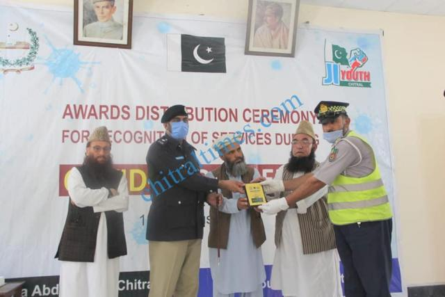 mna chitrali distributes awards among covid19 front line persons6۱