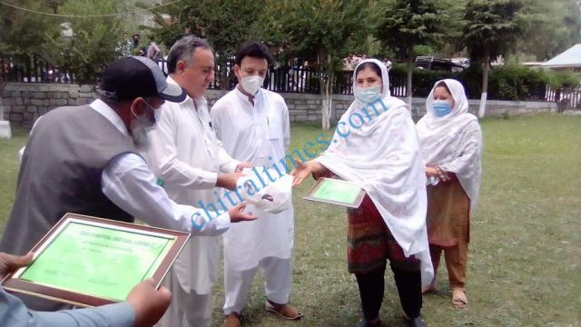 chitraltimes certificate distributes among covid front line workers4