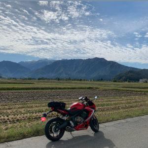 三国川ダムを目指し、南魚沼の田園風景を走るCBR650R