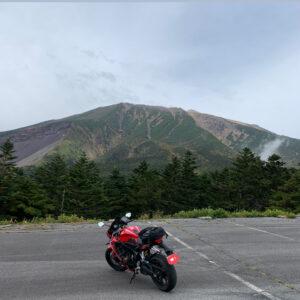 御岳スカイラインの最高地点で御嶽山山頂を望む
