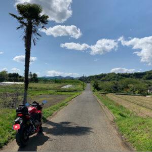 神奈川県秦野市の田原ふるさと公園の脇道より富士山を眺めるwith CBR650R