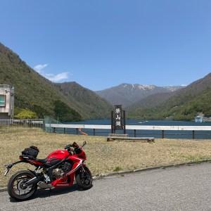 那須連山をバックにする深山湖with CBR650R