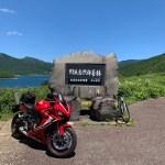 野反峠休憩舎の記念碑より野反湖を眺めるwith CBR650R