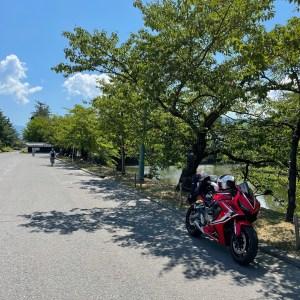 米沢城址横の木陰で休むCBR650R