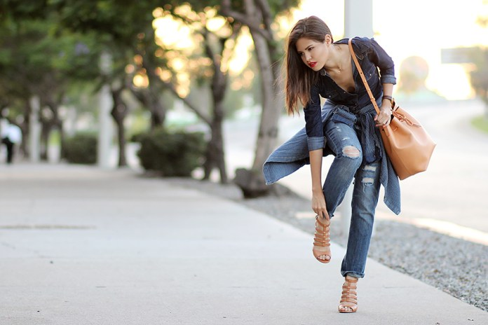 01-denim-boyfriend-jeans-shirt-mansur-gavriel-bucket-cammello-ivanka-trump-sandals-ferragamo-buckle-ootd