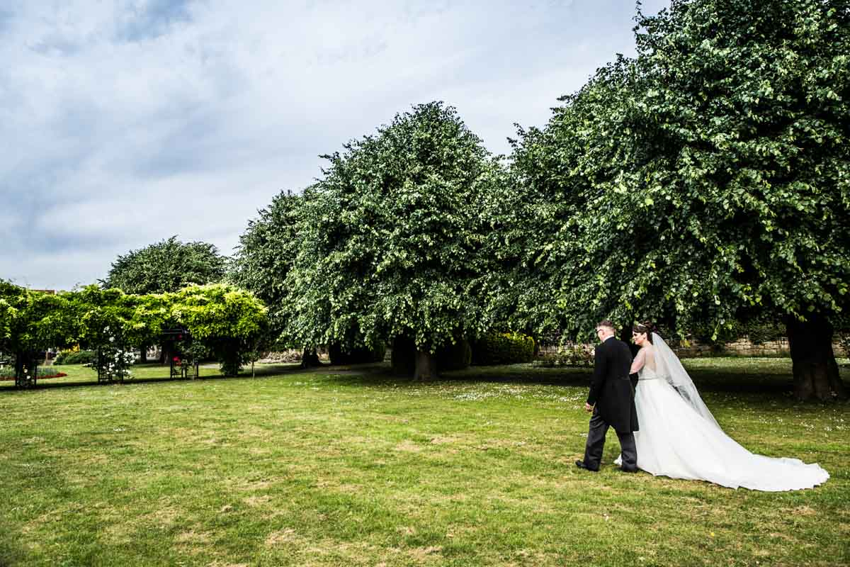 Wedding photographer Glasgow. Bride and groom pictures. Cornhill Castle