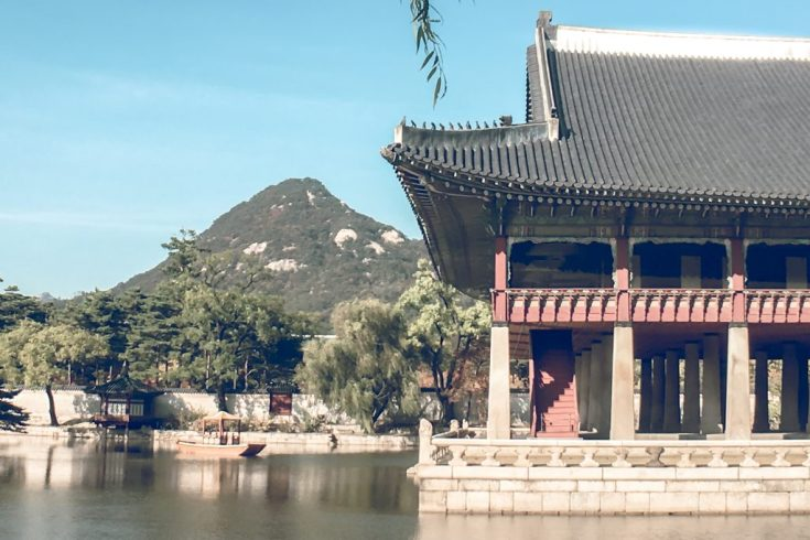 20 Unique Experiences in Korea | What to Do, See and Eat in Seoul, Korea: Stroll through the Palace Wearing Hanbok | www.chloestravelogue.com