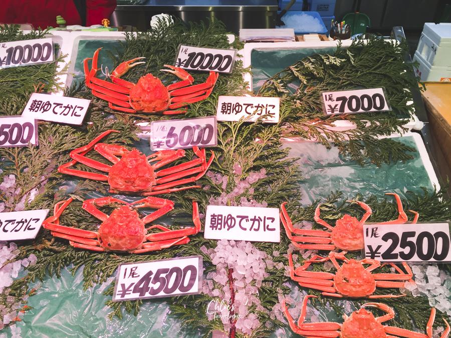 What to do in Kanazawa in Winter: Kanazawa is known for fresh seafood. Get snow crabs in season at Omicho Market. #Kanazawa #Japan #winterinjapan #snowcrab #Omichomarket #seafoodmarket | CHLOESTravelogue.com