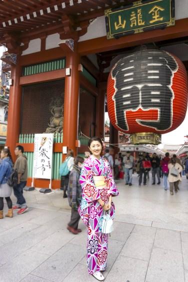 Things to Do in Asakusa   Tokyo Must See - Kaminarimon Gate, Sensoji Temple   #Asakusa #Tokyo #ThingstoDoinAsakusa #KaminarimonGate #Nakamise #kimono