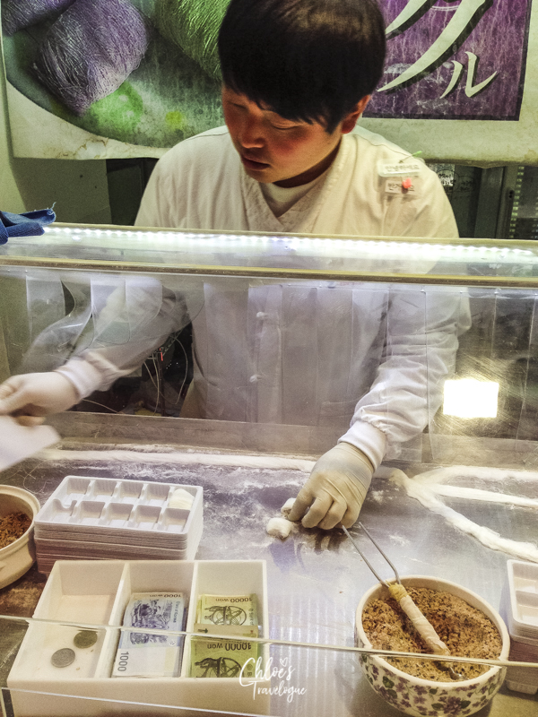 Insadong Street Food in Seoul, Korea: Dragon's Beard Candy | #Insadong #KoreanFood #StreetFood #VisitSeoul #AsiaTravel #AsianFood #DragonBeardCandy