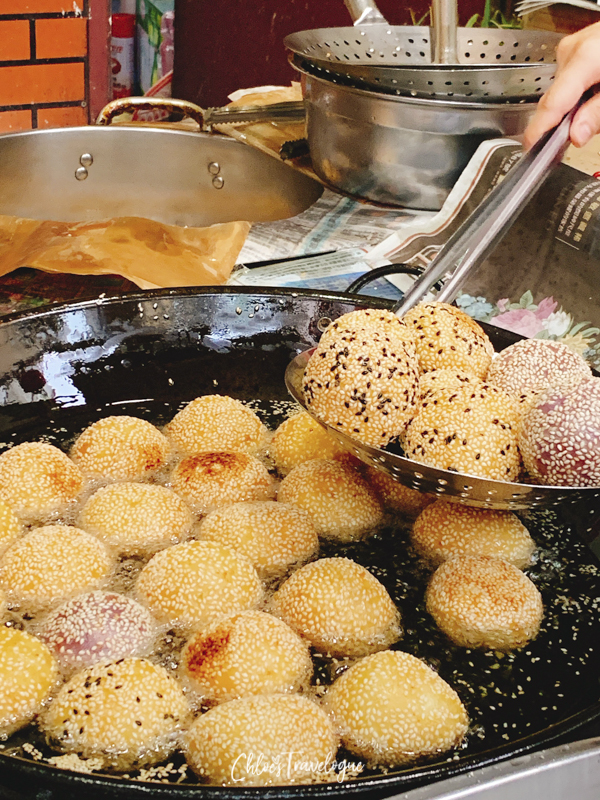 Kinmen Food: deep fried sesame balls. In Kinmen, the locals still cook their food in traditional way. | #rockoyster #KinmenIsland #KinmenTaiwan #kinmenfood #traveltaiwan #travelasia #金門