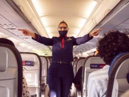 Tripulante de LATAM Airlines durante las indicaciones de seguridad