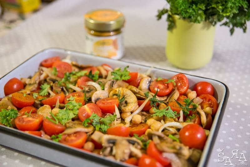 Gratinado de grão com cogumelos e tomate cherry preparado