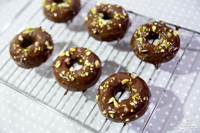 Donuts de chocolate a mais no forno