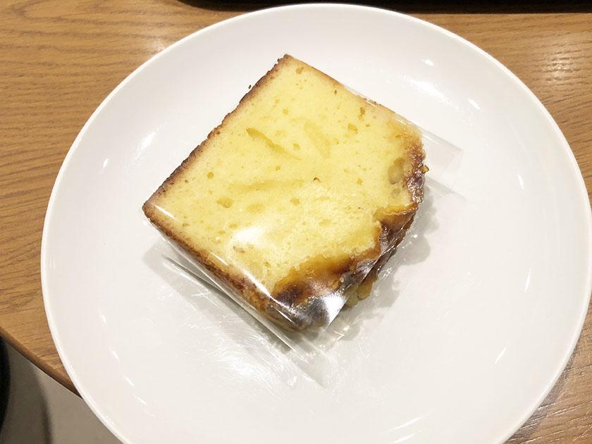 カスタードクリームのような色のパウンドケーキ