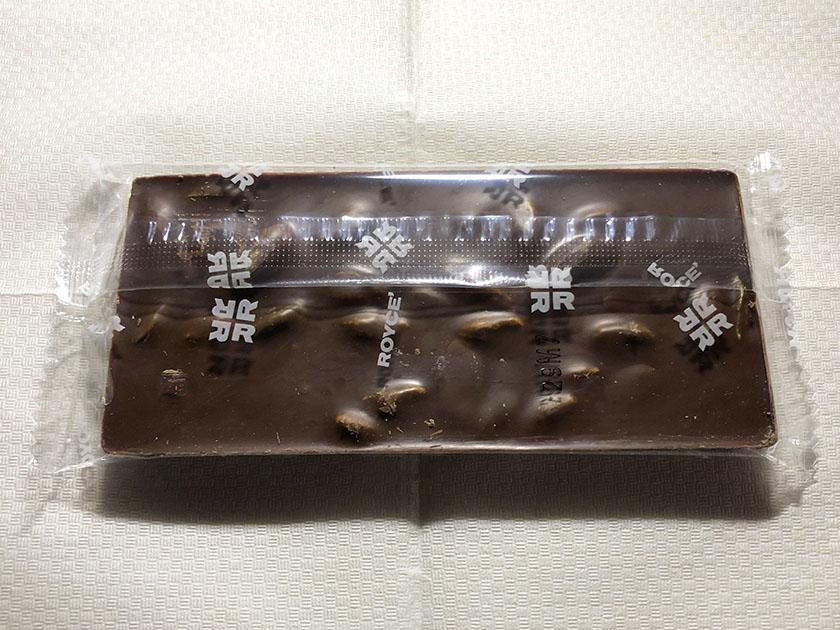 『ロイズ』の「ピスタッキオチッョコラート」の裏面、ピスタチオいっぱい